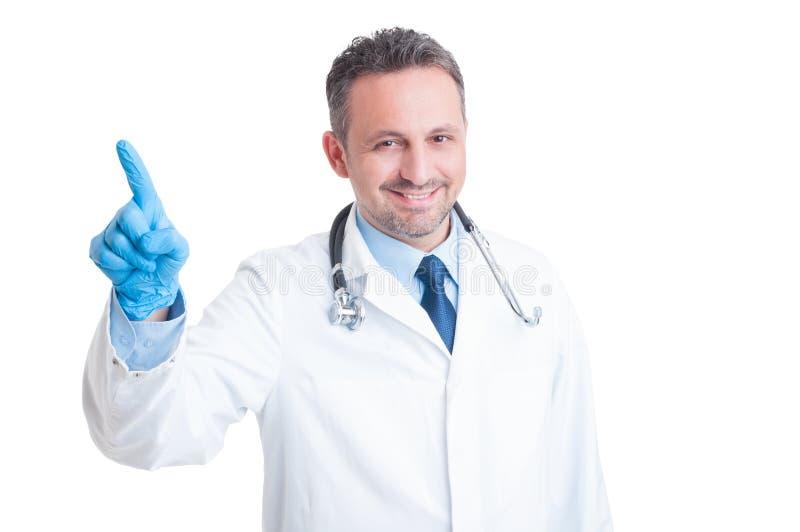 Ο όμορφος γιατρός ή ο γιατρός που πιέζει το αόρατο κουμπί επάνω στοκ εικόνες με δικαίωμα ελεύθερης χρήσης