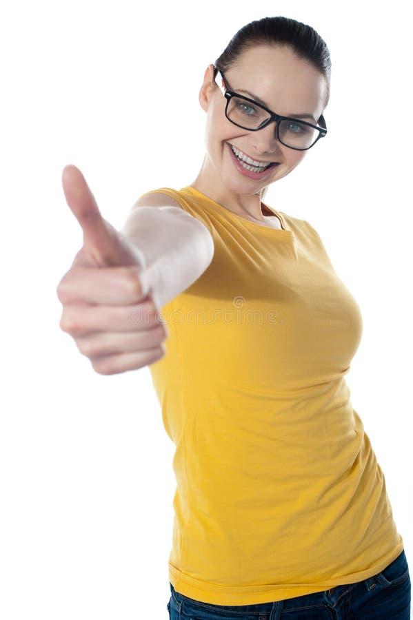 ο όμορφος εμφανίζοντας έφηβος φυλλομετρεί επάνω στοκ εικόνα με δικαίωμα ελεύθερης χρήσης