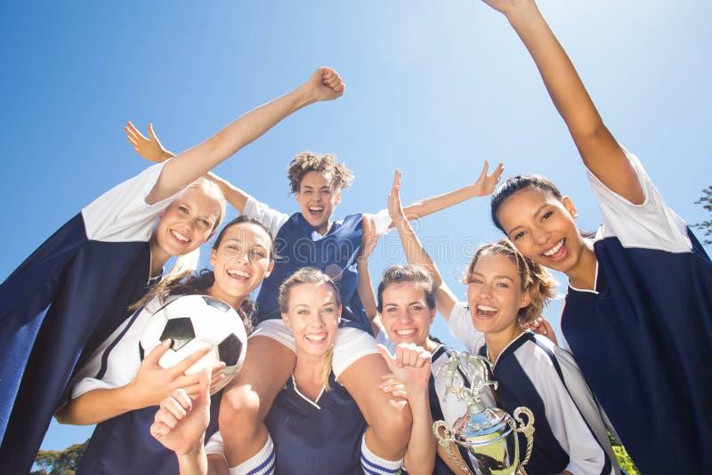 Ο όμορφος εορτασμός ποδοσφαιριστών τους κερδίζει στοκ εικόνα με δικαίωμα ελεύθερης χρήσης