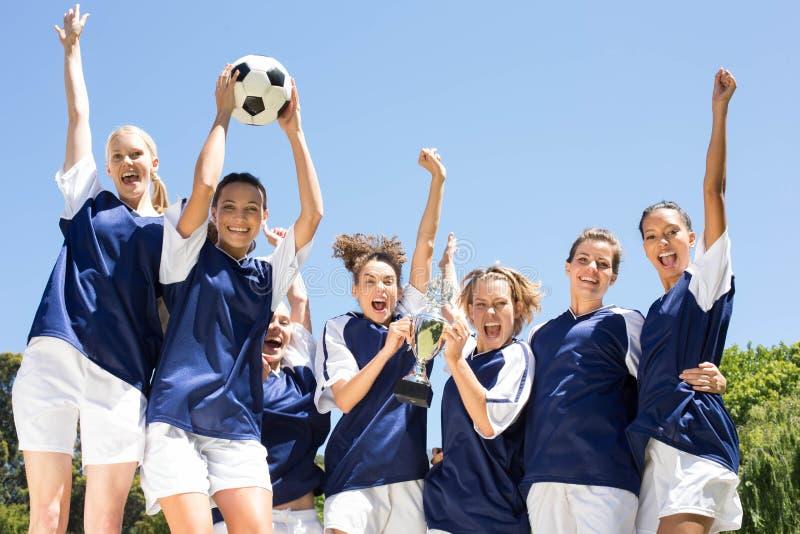 Ο όμορφος εορτασμός ποδοσφαιριστών τους κερδίζει στοκ φωτογραφία