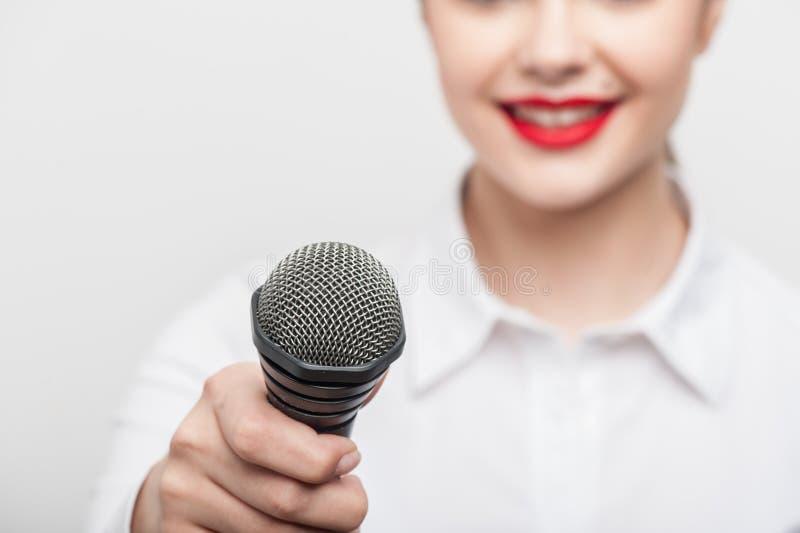 Ο όμορφος δημοσιογράφος TV κοριτσιών κάνει την έκθεσή της στοκ φωτογραφίες με δικαίωμα ελεύθερης χρήσης