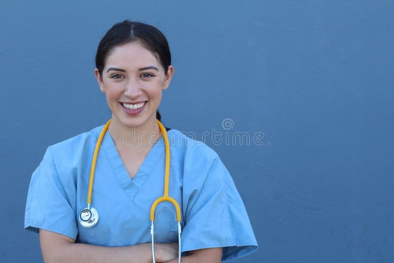 Ο όμορφος θηλυκός γιατρός που εξετάζει τη κάμερα στο νοσοκομείο με δικό της οπλίζει διασχισμένος στοκ φωτογραφία