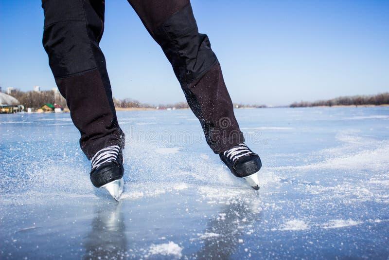 ο όμορφος κρύος πηγαίνοντας πάγος ανασκόπησης απομόνωσε την ελαφριά φυσική κάνοντας πατινάζ λευκή γυναίκα στοκ φωτογραφίες