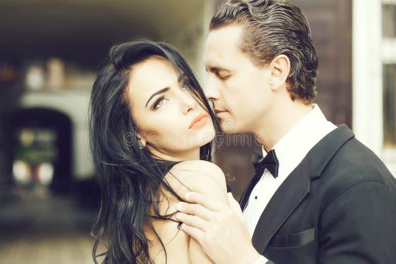 Ο όμορφος νεόνυμφος κρατά την όμορφη νύφη στοκ εικόνες