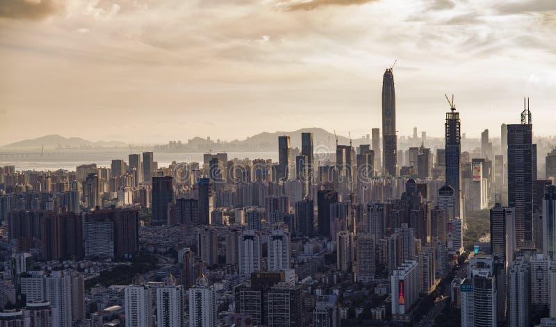 Ο όμορφος ορίζοντας Shenzhen στο ηλιοβασίλεμα σε Shenzhen, Κίνα στοκ φωτογραφίες