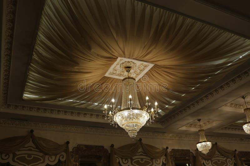 Ο όμορφος πολυέλαιος κρυστάλλου εξωραΐζει το ανώτατο όριο του εστιατορίου στοκ φωτογραφία με δικαίωμα ελεύθερης χρήσης
