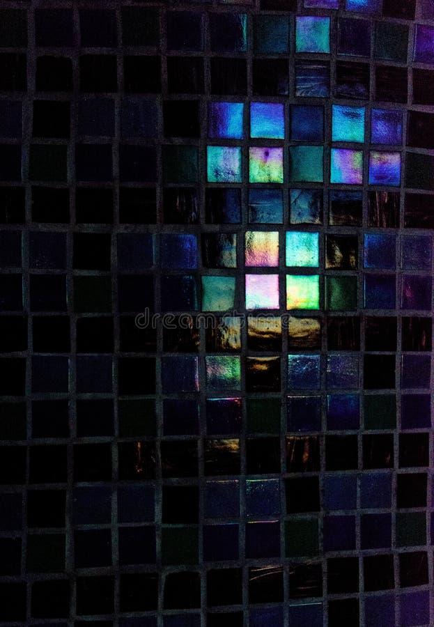 Ο όμορφος πολύχρωμος κεραμικός-γρανίτης κεραμώνει και ο ήλιος είναι blicks στις πέτρες Αργά το βράδυ στοκ φωτογραφία