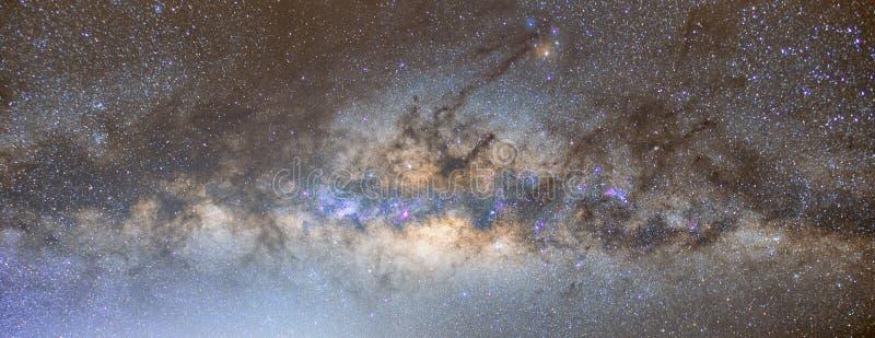 Ο όμορφος σαφώς γαλακτώδης τρόπος στο νυχτερινό ουρανό που βρίσκεται στην Ταϊλάνδη στοκ εικόνα