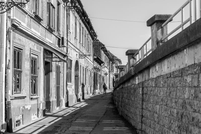 Οδός κάτω από τη γέφυρα στην παλαιά πόλη Petrovaradin, Νόβι Σαντ, Σερβία στοκ εικόνες