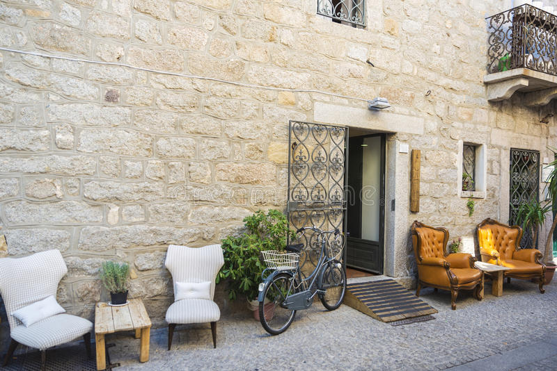 Οδός με τα πεζούλια φραγμών σε Olbia, Σαρδηνία, Ιταλία στοκ φωτογραφίες