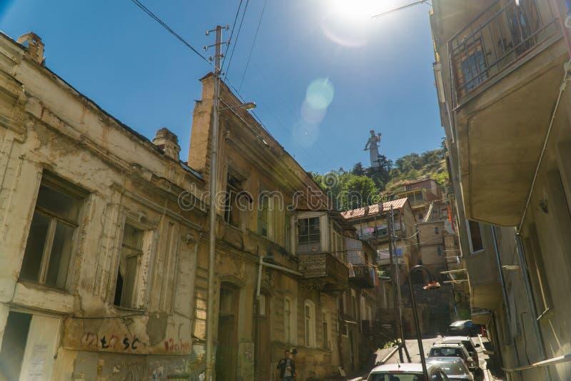 Οδός με τα shabby σπίτια στο παλαιό κέντρο της πόλης Γεωργία Tbilisi στοκ εικόνα με δικαίωμα ελεύθερης χρήσης