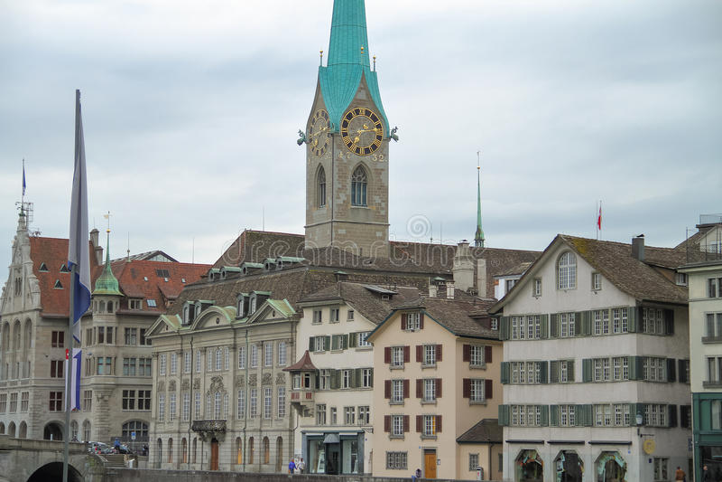 Οδός με την όμορφη αρχιτεκτονική και έναν πύργο ρολογιών στοκ φωτογραφία με δικαίωμα ελεύθερης χρήσης