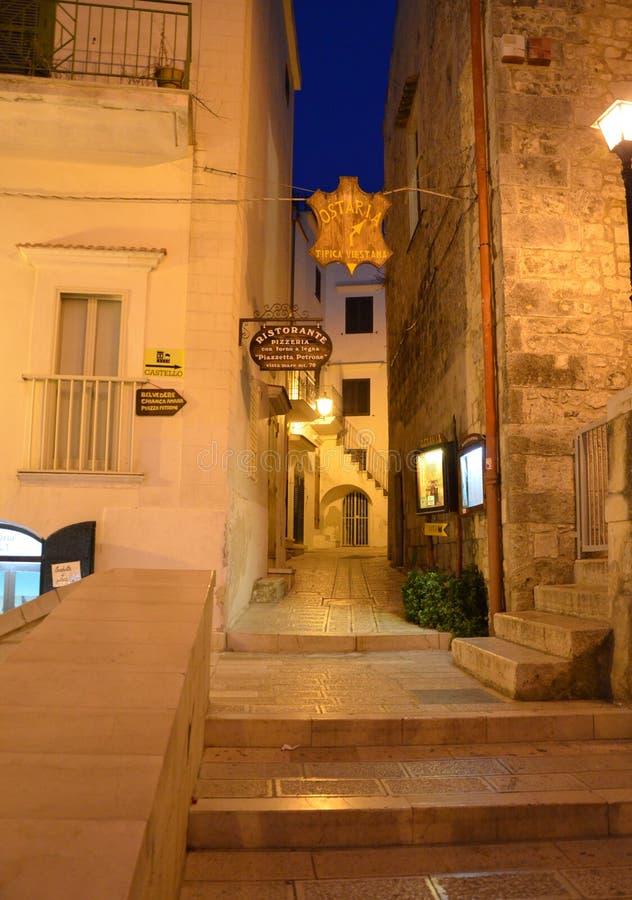 Οδός νύχτας στην παλαιά πόλη Vieste στοκ φωτογραφίες