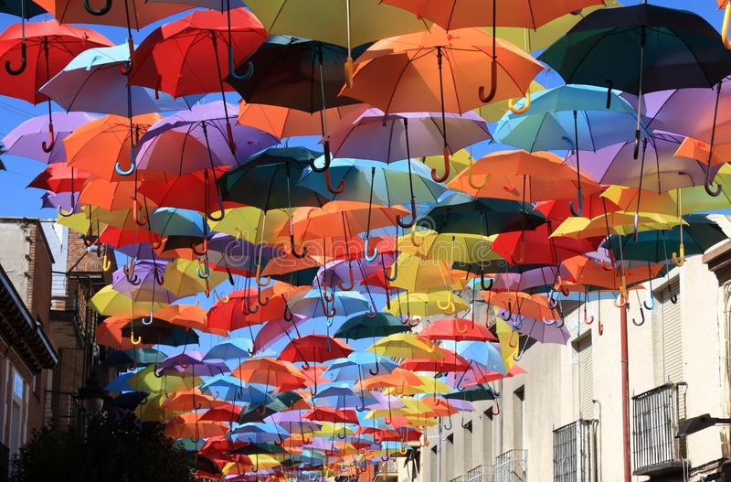Οδός που διακοσμείται με τις χρωματισμένες ομπρέλες. Μαδρίτη, Getafe, Ισπανία στοκ φωτογραφίες
