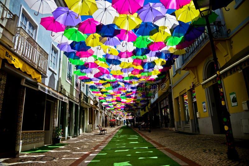 Οδός που διακοσμείται με τις χρωματισμένες ομπρέλες, Agueda, Πορτογαλία στοκ εικόνες