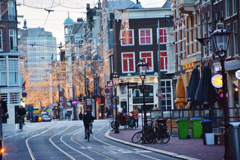 Οδός πόλεων του Άμστερνταμ με τα φω'τα διακοπών στοκ φωτογραφία με δικαίωμα ελεύθερης χρήσης