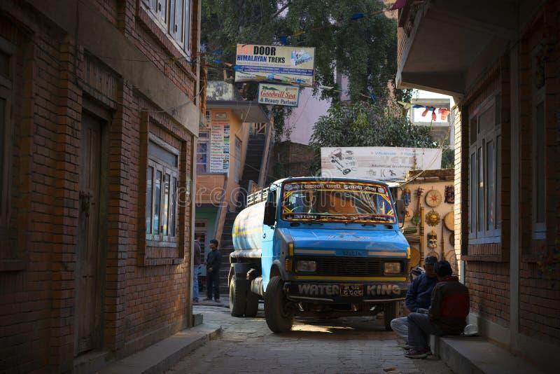 Οδός στο Κατμαντού, Νεπάλ με το ζωηρόχρωμο φορτηγό στοκ φωτογραφία με δικαίωμα ελεύθερης χρήσης