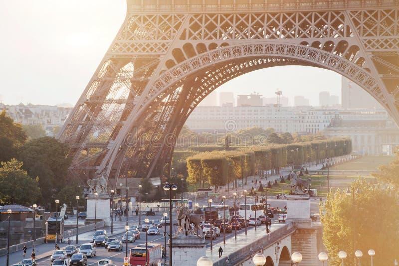 Οδός στο Παρίσι κοντά στον πύργο του Άιφελ στοκ εικόνα