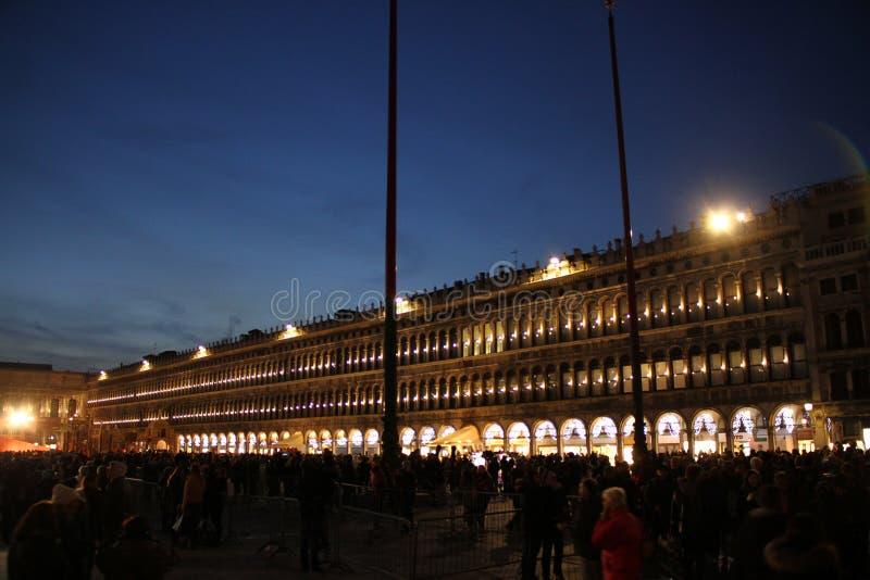 Οδός της Βενετίας το χειμώνα κατά τη διάρκεια του καρναβαλιού στη νύχτα στοκ φωτογραφίες με δικαίωμα ελεύθερης χρήσης