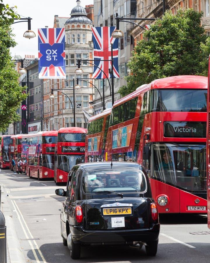 Οδός της Οξφόρδης, σημαίες του Union Jack, Taxi' s και λεωφορεία στοκ φωτογραφία με δικαίωμα ελεύθερης χρήσης