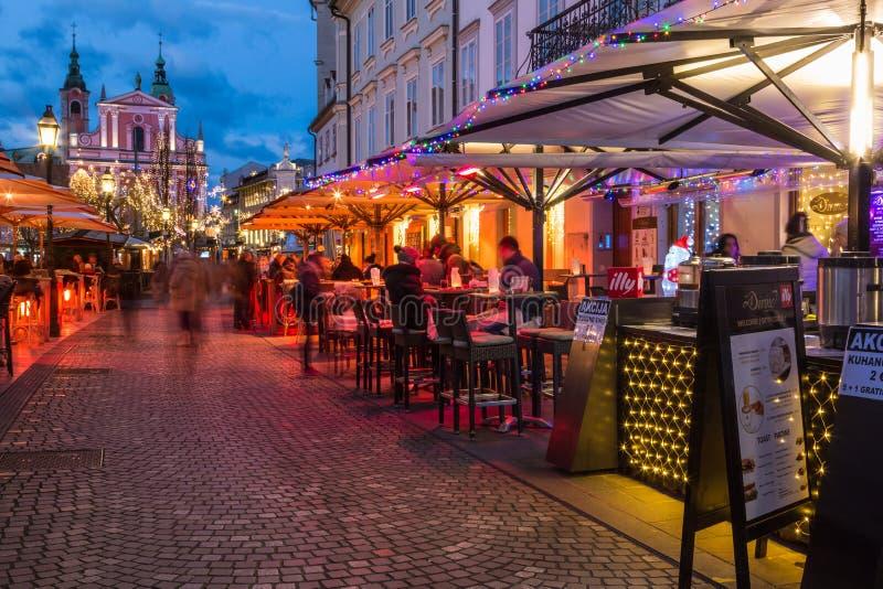 Οδός Cankarjevo nabrezje στο Λουμπλιάνα στο σούρουπο στοκ εικόνες