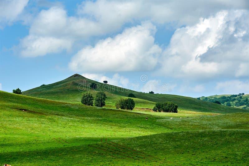 Ο λόφος και τα σύννεφα στοκ φωτογραφίες