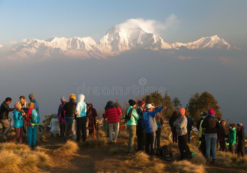 Ο λόφος Poon με τους τουρίστες και τοποθετεί Dhaulagiri στοκ εικόνα