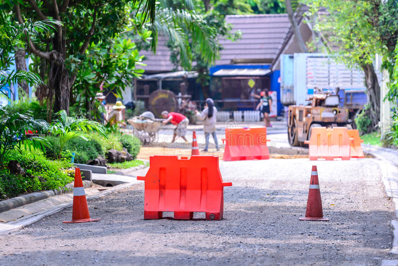 Download Οδόφραγμα και κώνος για την προστασία περιοχής κατασκευής Στοκ Εικόνες - εικόνα από προσοχή, under: 62714358