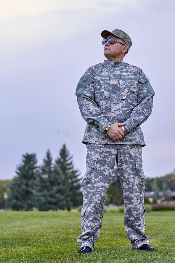 Ο ώριμος διοικητής επιχείρησης ανατρέχει στοκ φωτογραφίες