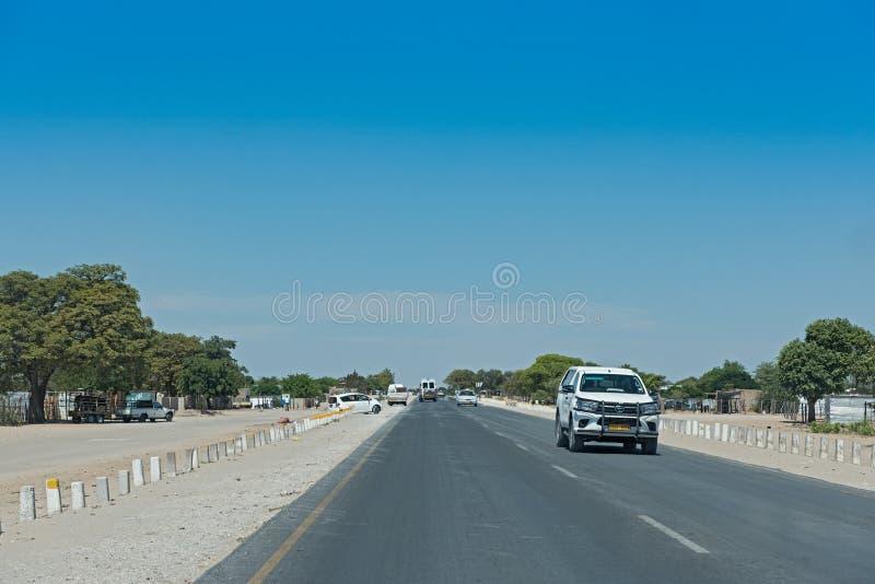 Ο B1 δρόμος μεταξύ Grootfontein και Rundu στο βόρειο τμήμα της Ναμίμπια στοκ φωτογραφία με δικαίωμα ελεύθερης χρήσης