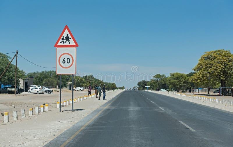 Ο B1 δρόμος μεταξύ Grootfontein και Rundu στο βόρειο τμήμα της Ναμίμπια στοκ εικόνες με δικαίωμα ελεύθερης χρήσης