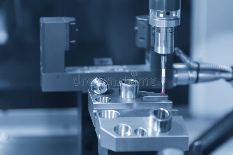 Ο CMM έλεγχος συνδέει στη CNC μηχανή άλεσης στοκ φωτογραφία με δικαίωμα ελεύθερης χρήσης