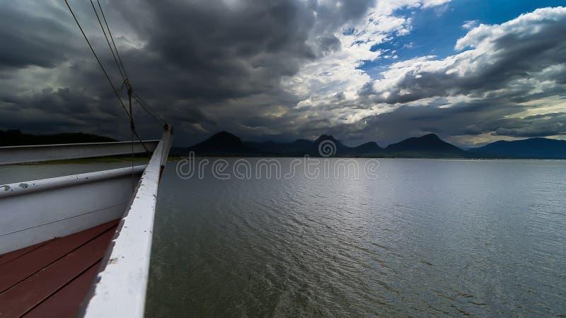Ο coudy ουρανός στο φράγμα jatiluhur στοκ εικόνα με δικαίωμα ελεύθερης χρήσης