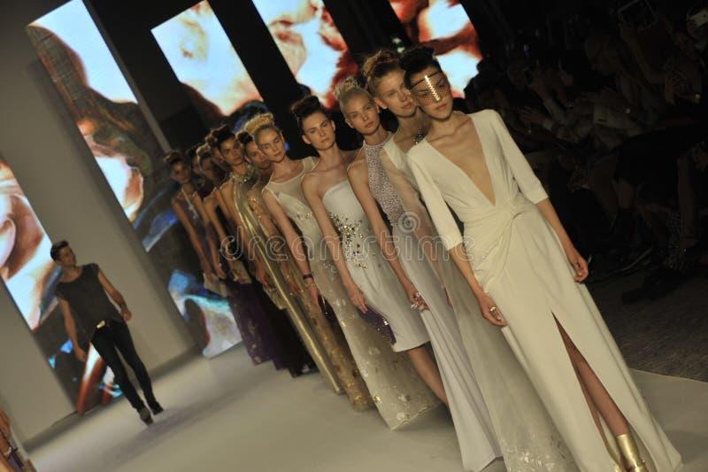 Ο Etienne Aigner και πρότυπα περπατά το διάδρομο κατά τη διάρκεια του Aigner παρουσιάζει ως μέρος της εβδομάδας μόδας του Μιλάνου στοκ φωτογραφία