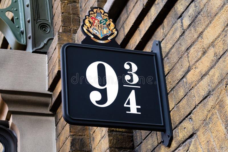 Ο Harry Potter 9 3/4 βασιλιάδες διασχίζει το σταθμό στοκ εικόνες