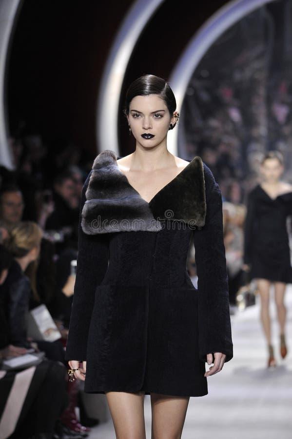 Ο Kendall Jenner περπατά το διάδρομο κατά τη διάρκεια του Christian Dior παρουσιάζει στοκ φωτογραφίες με δικαίωμα ελεύθερης χρήσης