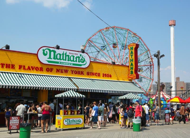 Ο Nathan s που ανοίγεται πάλι μετά από τη ζημία από τον τυφώνα αμμώδη στο θαλάσσιο περίπατο Coney Island στοκ φωτογραφία
