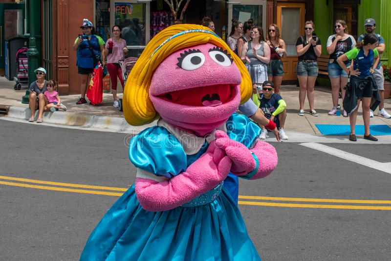 Ο Prairie Dawn χορεύει στην παρέλαση Sesame Street Party στο Seaworld 2 στοκ εικόνα
