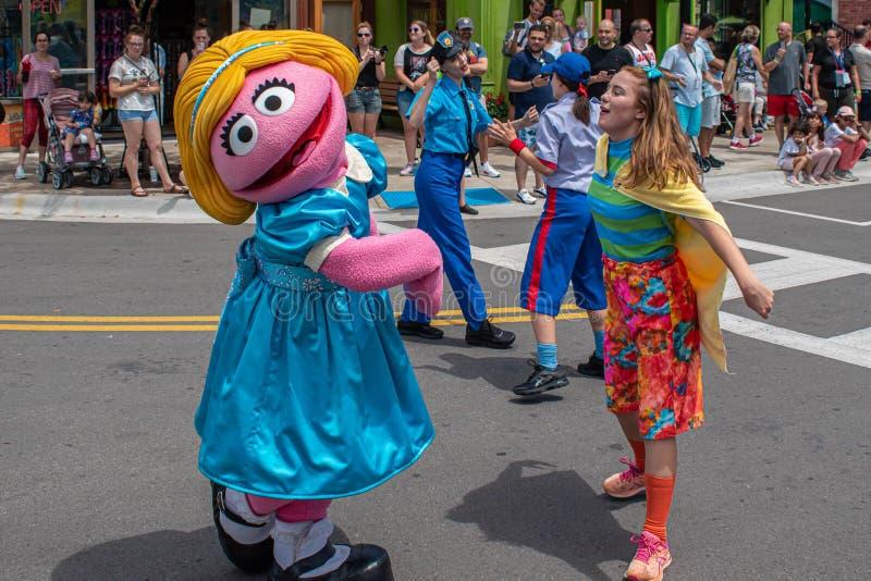 Ο Prairie Dawn χορεύει στην παρέλαση Sesame Street Party στο Seaworld 3 στοκ φωτογραφίες