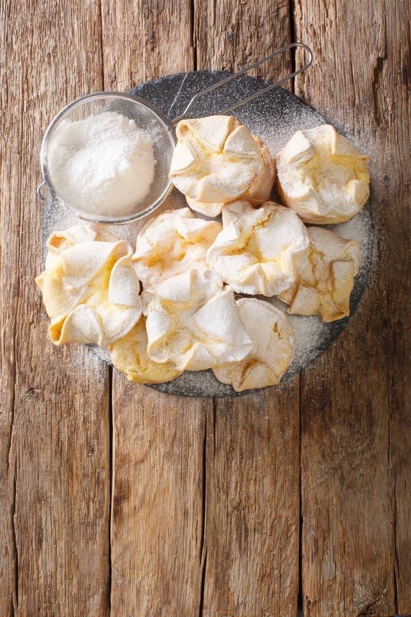 Ο Soffioni Abruzzesi είναι χαριτωμένα μικρά ιταλικά κεκάκια ή κεκάκια γεμάτα με αφράτη κρέμα Ricotta κοντά σε ένα πλακίδιο με σχι στοκ φωτογραφίες με δικαίωμα ελεύθερης χρήσης