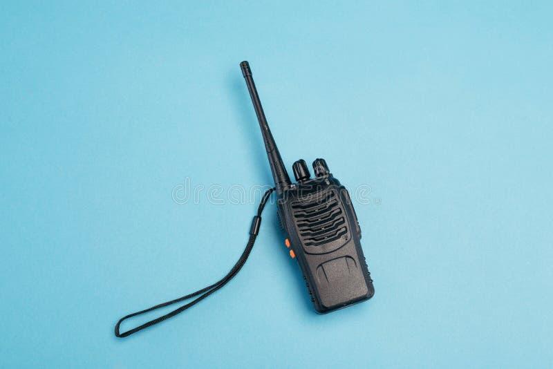 Ο Walkie-Talkie απομονωμένος σε μπλε φόντο Σύστημα επικοινωνίας τοποθέτηση κειμένου απομόνωση στοκ εικόνα