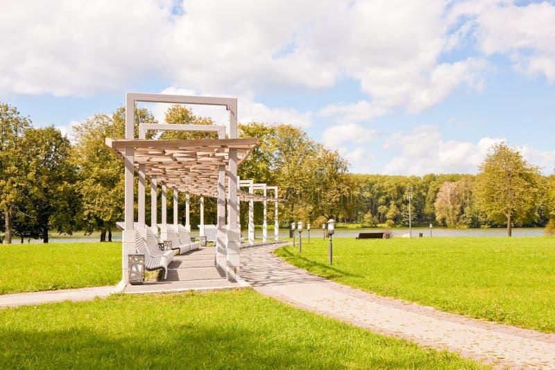 Πάγκοι στο πάρκο νίκης, Μινσκ, Λευκορωσία στοκ φωτογραφία