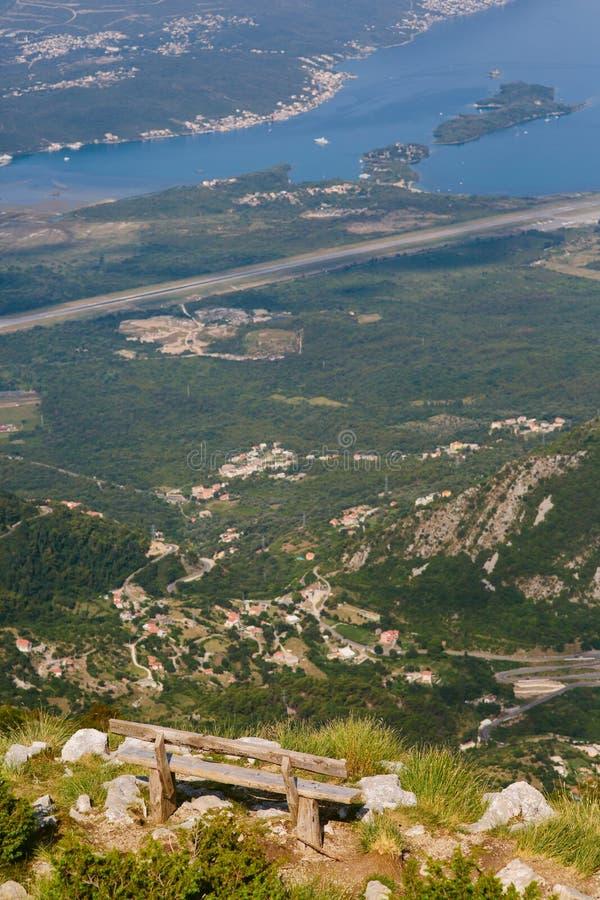 Πάγκοι στο υποστήριγμα Lovcen, που αγνοεί τον κόλπο Kotor σε Montene στοκ εικόνες