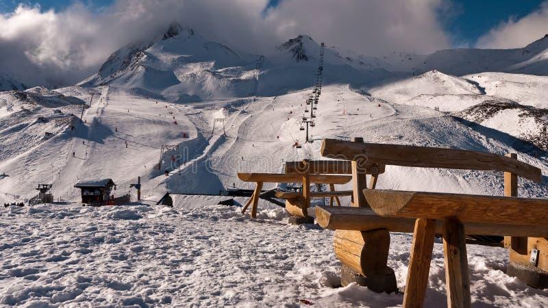 Πάγκοι στο υπόβαθρο ενός βουνού με ένα σύννεφο στοκ φωτογραφία με δικαίωμα ελεύθερης χρήσης