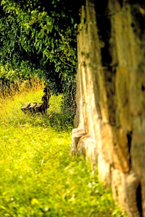 Πάγκος πάρκων σε έναν παλαιό τοίχο στοκ φωτογραφία με δικαίωμα ελεύθερης χρήσης