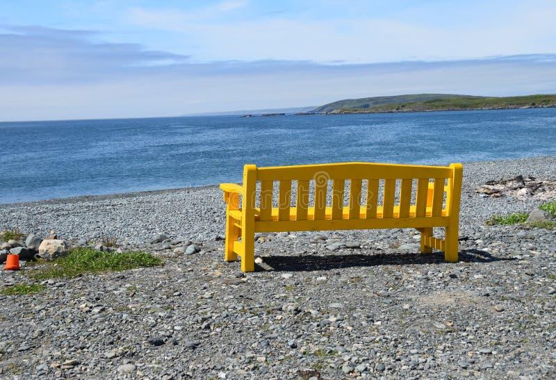 Πάγκος πάρκων στην παραλία που αγνοεί την ακτή στοκ φωτογραφίες με δικαίωμα ελεύθερης χρήσης