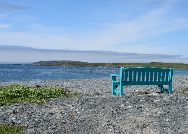 Πάγκος πάρκων στην παραλία που αγνοεί την ακτή στοκ φωτογραφίες