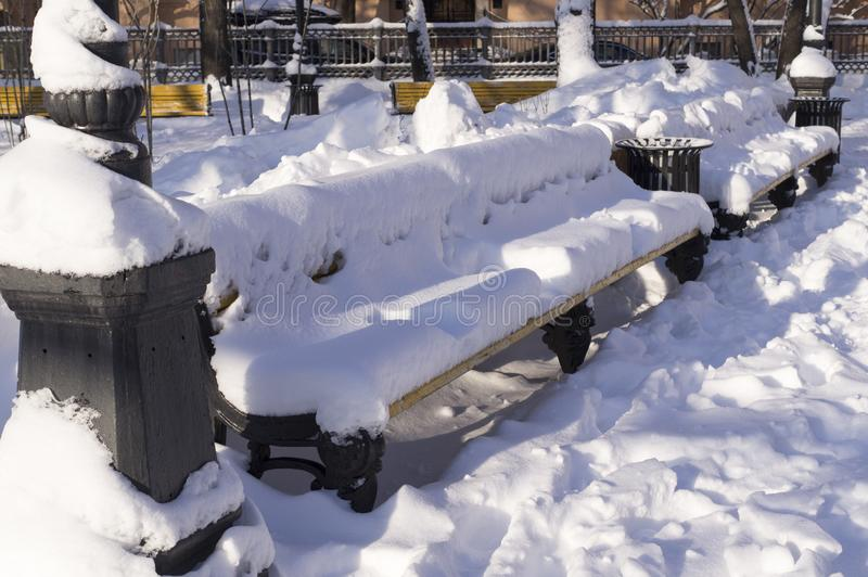 Πάγκος που καλύπτεται με το χιόνι στο χειμερινό πρωί Υπόβαθρο, φύση στοκ φωτογραφία με δικαίωμα ελεύθερης χρήσης
