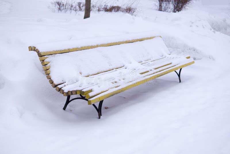 Πάγκος που καλύπτεται με το χιόνι στο χειμερινό πρωί Υπόβαθρο, φύση στοκ εικόνα