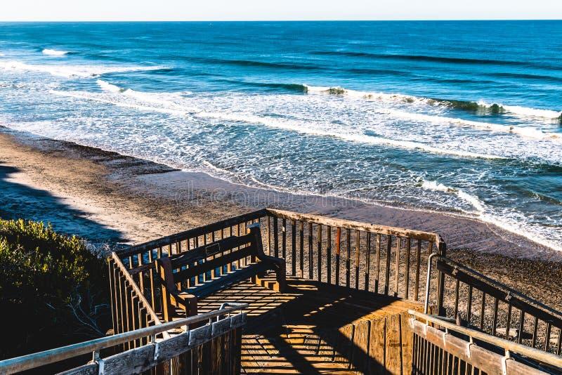 Πάγκος στην προσγείωση της σκάλας στην κρατική παραλία νότιου Carlsbad στοκ φωτογραφία με δικαίωμα ελεύθερης χρήσης